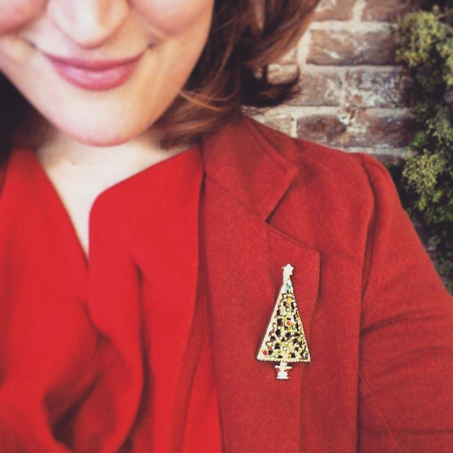 I have a new obsession: Christmas Brooches! Since I missed noveltybroochfriday i show my tree brooch I wear today, while working in the winterwinkel. That's our temporary Etsy Pop-up shop :)