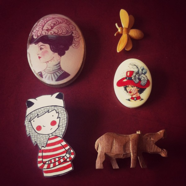 five vintage brooches